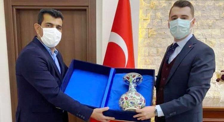 Başkan Özcan'dan Kaymakama teşekkür plaketi